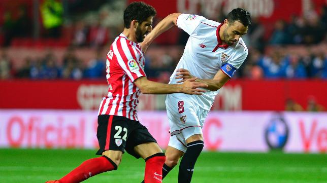 Raúl García e Iborra pugnan por el balón (Foto: AFP).