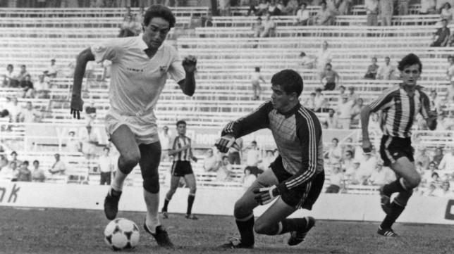 Martín Pérez dribla a Alonso para hacer el 3-0 del Sevilla aquella tarde de 1984