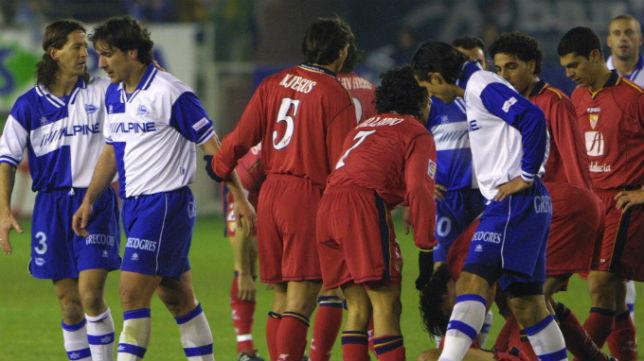 Óscar Tellez, tras ser expulsado por Pino Zamorano en el Alavés-Sevilla de diciembre de 2001 (Foto: ABC)