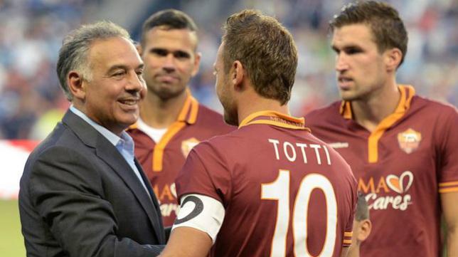 El presidente de la Roma, James Pallotta, charla con Francesco Totti