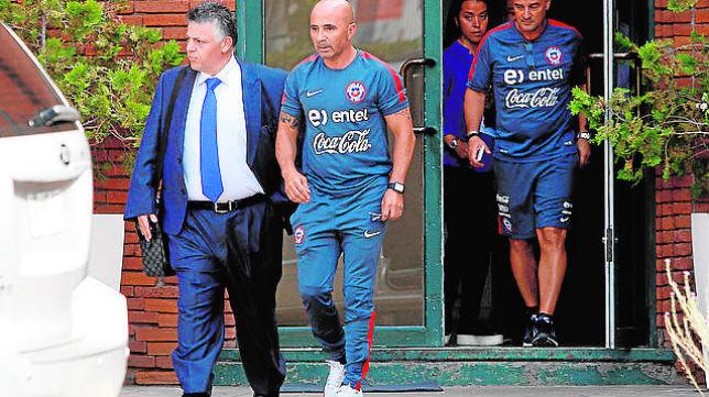 Fernando Baredes (izquierda), junto a Jorge Sampaoli durante la etapa de éste al frente de la selección chilena