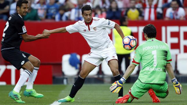 Ben Yedder bate a Lux, guardameta del Deportivo