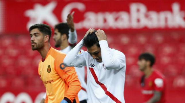 Borja Lasso se lamenta tras errar una ocasión en el Sevilla Atlético- Mallorca. Foto: LaLiga