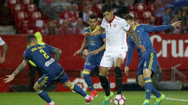 Correa, rodeado de una nube de jugadores del Celta