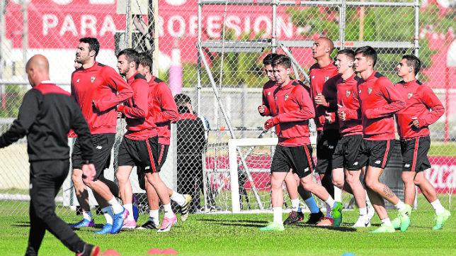 Los jugadores del Sevilla FC realizan carrera continua durante un entrenamiento (FOTO: Jesús Spínola)