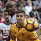 Vietto protege el balón ante Foulquier en el Granada-Sevilla (Foto: EFE)