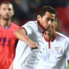 Ganso protege el balón en una jugada del Sevilla-Granada