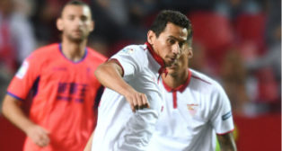 Ganso protege el balón en una jugada del Sevilla FC-Granada