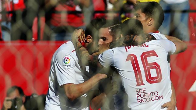 Sarabia es felicitado por sus compañeros tras su gol en el Sevilla FC- Deportivo