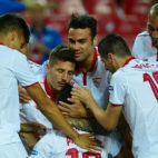 Correa, Ganso, Jovetic, Escudero, Iborra y Nzonzi celebran un gol en el Sevilla-Granada (Foto: AFP)