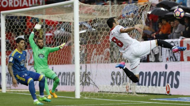 Iborra, en gesto acrobático durante el Sevilla FC-Celta de este jueves