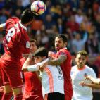 Iborra cabecea un balón durante el Valencia-Sevilla