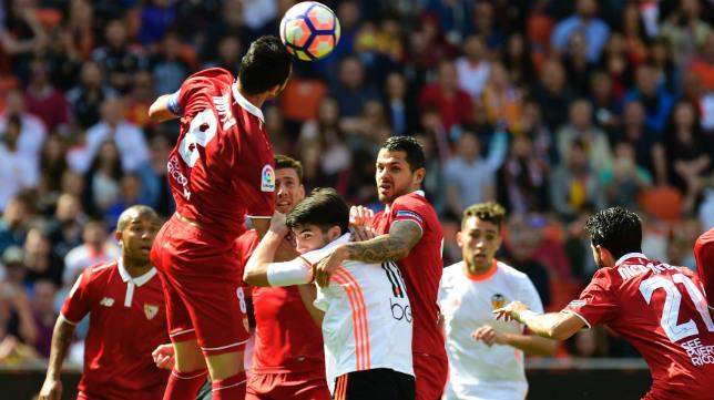 Iborra cabecea un balón durante el Valencia-Sevilla de la 2016-2017