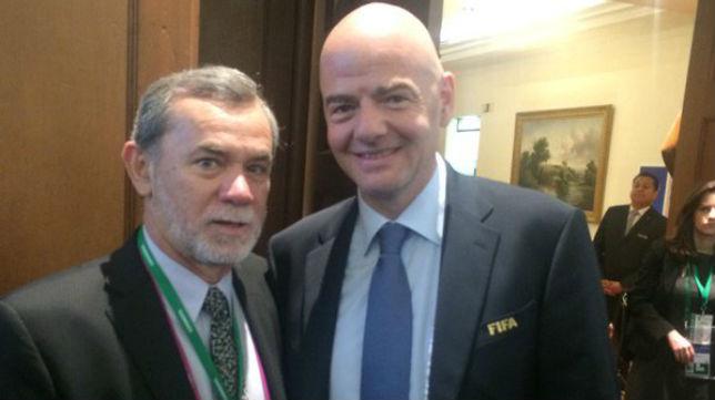Jorge Miadosqui, junto a Gianni Infantino (Foto: @JorgeMiadosqui)