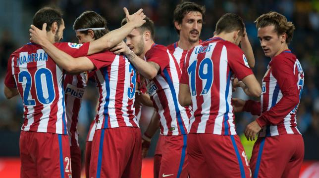 Los colchoneros celebran el gol de Filipe Luis, el segundo del Atlético en La Rosaleda