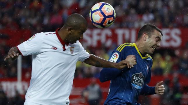 Mariano pugna un balón aéreo con Iago Aspas durante el Sevilla FC-Celta