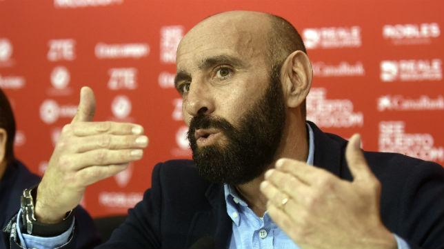 Monchi gesticula durante la rueda de prensa en la que se confirmó su marcha del Sevilla (Foto: J. Spínola)