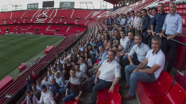 Monchi, junto a los empleados del Sevilla FC