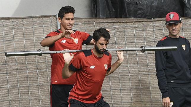 Ganso y Nico Pareja, en una sesión de trabajo realizada en la ciudad deportiva (Jesús Spínola)