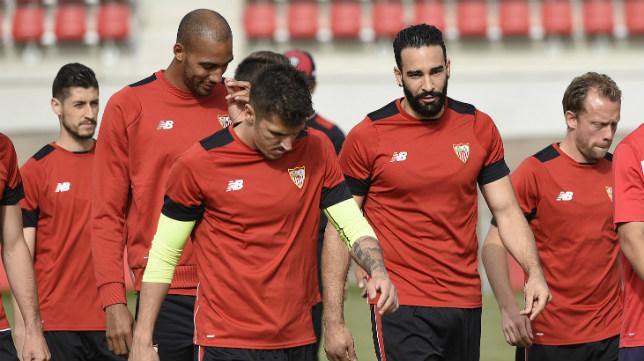 Rami charla con Nzonzi durante un entrenamiento con el Sevilla FC. Foto: J. Spínola