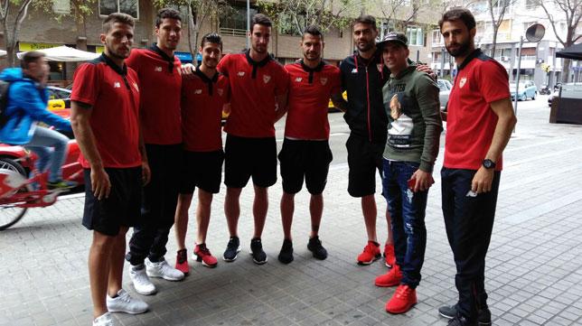 José Antonio Reyes posa con varios jugadores sevillistas en Barcelona (Foto: SFC).