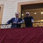 Sampaoli y Castro en un balcón de la calle Sierpes viendo la Semana Santa. Foto: SFC