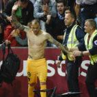 Sandro Ramírez celebró con la afición del Málaga sus dos goles al Granada