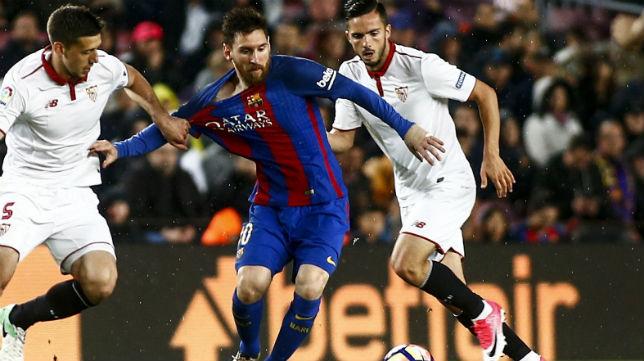 Sarabia y Lenglet tratan de frenar a Messi en el partido jugado en el Camp Nou (Foto: EFE)