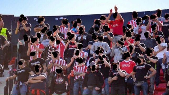 El grupo Ultra Boys, cuyos dos miembros han recibido multas, en el Sánchez-Pizjuán (@ULTRASGIJON)