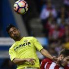 Saul Niguez trata de frenar a Jaume Costa