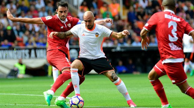 Zaza disputa un balón con Iborra en el Valencia-Sevilla FC