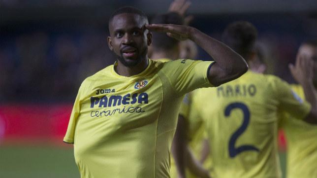 Bakambu celebra uno de sus goles en el Villarreal-Sporting