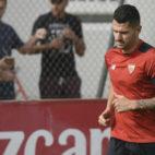 Vitolo realiza carrera continua en un entrenamiento con el Sevilla FC. Foto: J. Spínola