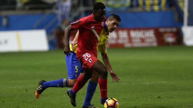 Yan Brice conduce un balón en el Cádiz-Sevilla Atlético de la primera vuelta en el Carranza