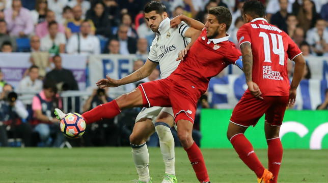 Carriço disputa el balón con Morata en el Real Madrid-Sevilla FC