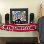 Chris Ulian posa en su habitación de Harvard con la prenda que Zuckerberg hizo viral (Foto: SFC)