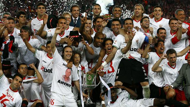 Los jugadores del Sevilla FC celebran la Copa del Rey conquistada ante el Atlético en 2010