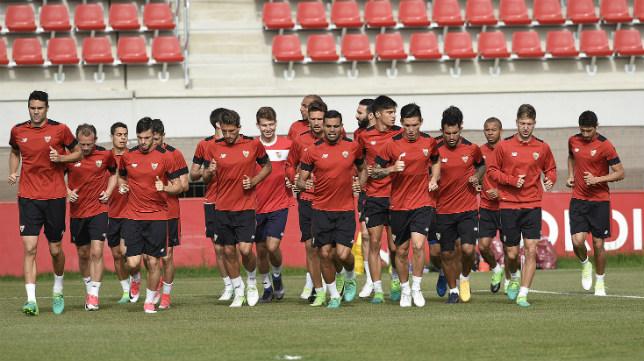 La plantilla del Sevilla FC se ejercita en la ciudad deportiva
