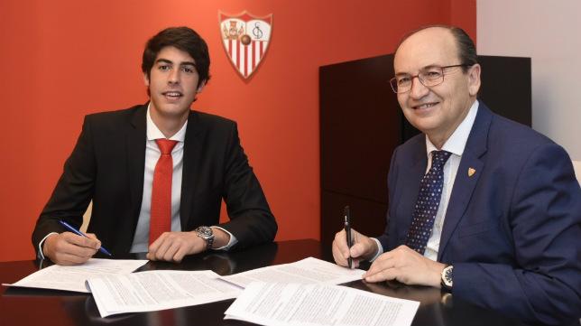 Carlos Fernández, junto al presidente, Castro, rubrica su nuevo contrato (Foto: SFC)