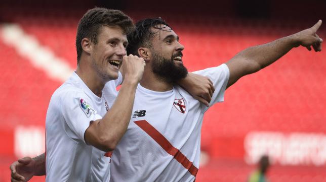 Marc Gual e Ivi celebran uno de los goles del filial al Cádiz (Foto: Jesús Spínola)