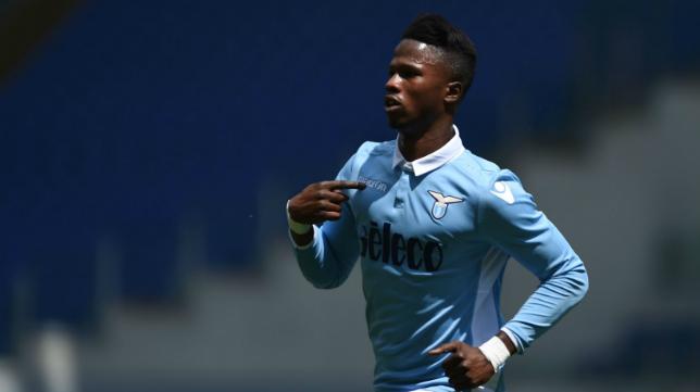 Keita Baldé celebra uno de sus goles a la Roma en el derbi