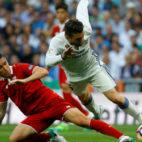 Kranevitter y Kovacic pugnan por el balón en el Real Madrid-Sevilla FC