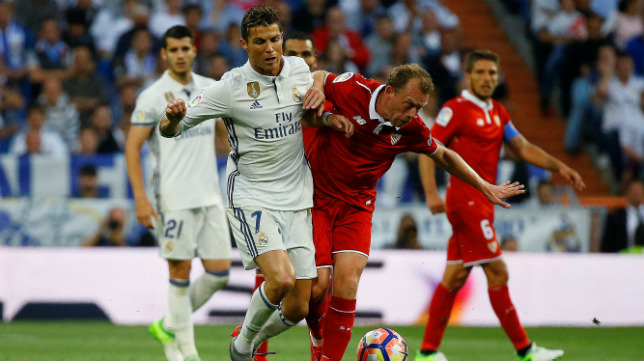 Krohn-Dehli pugna con Cristiano en el Real Madrid-Sevilla FC