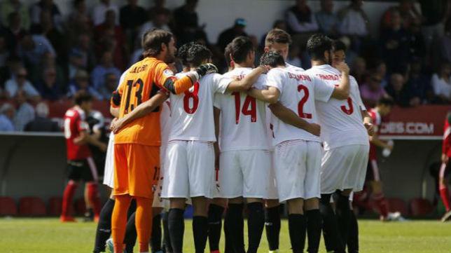 Los jugadores del Sevilla Atlético forman una piña para conjurarse para sumar ante el Mirandés. Foto: LaLiga