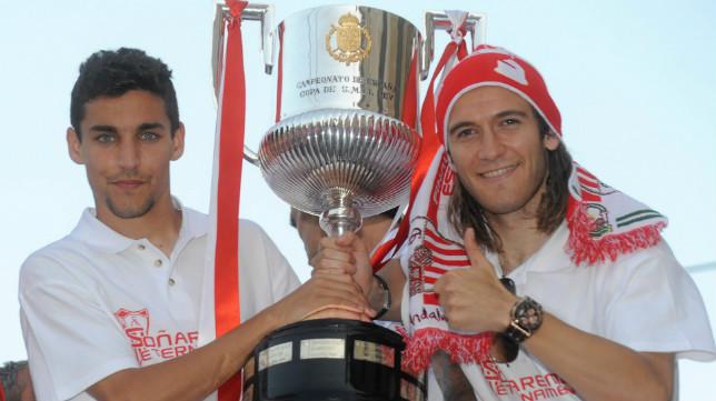 Jesús Navas y Diego Capel posan con la Copa del Rey ganada por el Sevilla FC en 2010