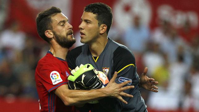 David Soria atrapa el balón ante el jugador del Osasuna Roberto Torres (Foto: J. M. Serrano)