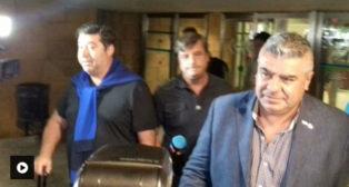 Claudio Tapia, a la derecha, a su llegada a Sevilla