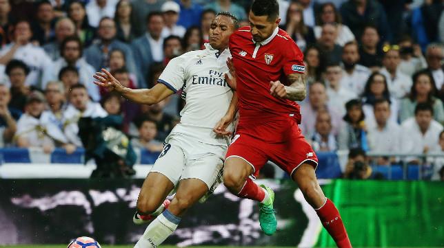 Vitolo pugna un balón con Danilo