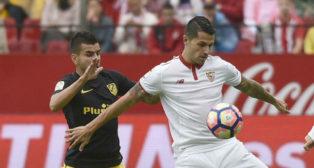 Vitolo pelea con Ángel Correa un balón en el Sevilla-Atlético de Madrid del curso 16-17