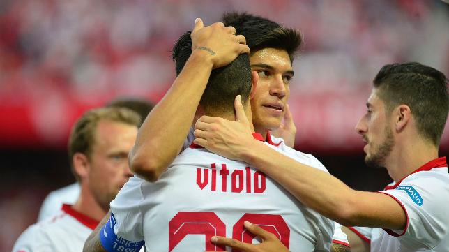 Vitolo celebra con Correa un gol en el Sevilla-Osasuna (Foto: AFP)